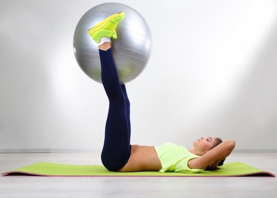 ejercicios con pelota para lograr activar y fortalecer las piernas