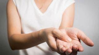 ¿Cómo mejorar el dedo en resorte y aliviar su dolor?