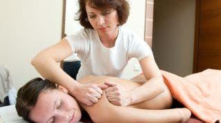 Recibir un tratamiento de masaje terapéutico periódicamente por dolor tensional