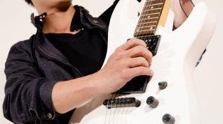 Consejos y ejercicios para prevenir y tratar el dolor de espalda en guitarristas.