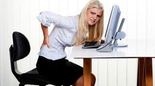 ¿Trabajas delante de un ordenador? Consejos y ejercicios para evitar lesiones