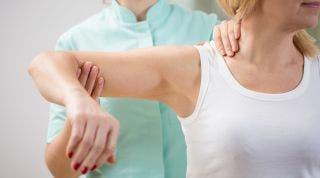 Técnicas empleadas en fisioterapia para corregir los hombros adelantados