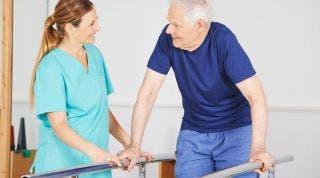 ¿Qué se debe hacer durante la primera fase de una prótesis de cadera?