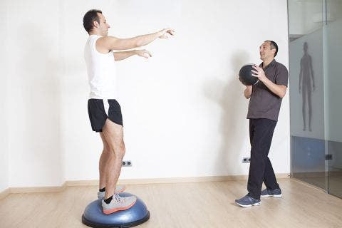 Ejercicios de propiocepción o propioceptivos con bosu para rodillas y tobillos