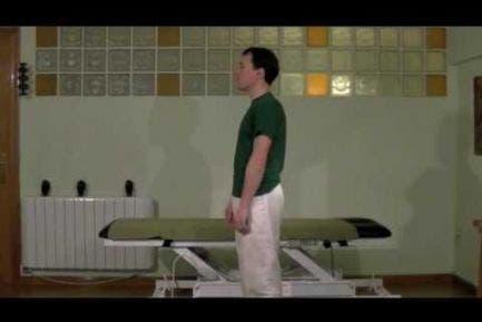 Ejercicio de estiramiento de espalda y musculatura posterior de las piernas.
