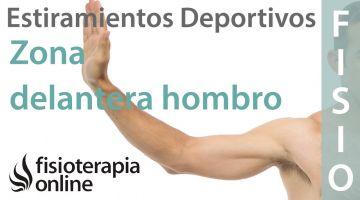 Estiramientos deportivos para relajar la zona delantera del hombro