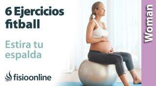 6 ejercicios con fitball en el embarazo para estirar tu espalda. Aprende a realizarlos en casa.