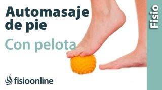 Auto-masaje de la planta del pie con una pelota.