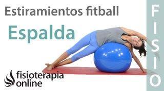 Estiramiento de espalda, brazo y pierna con fitball.
